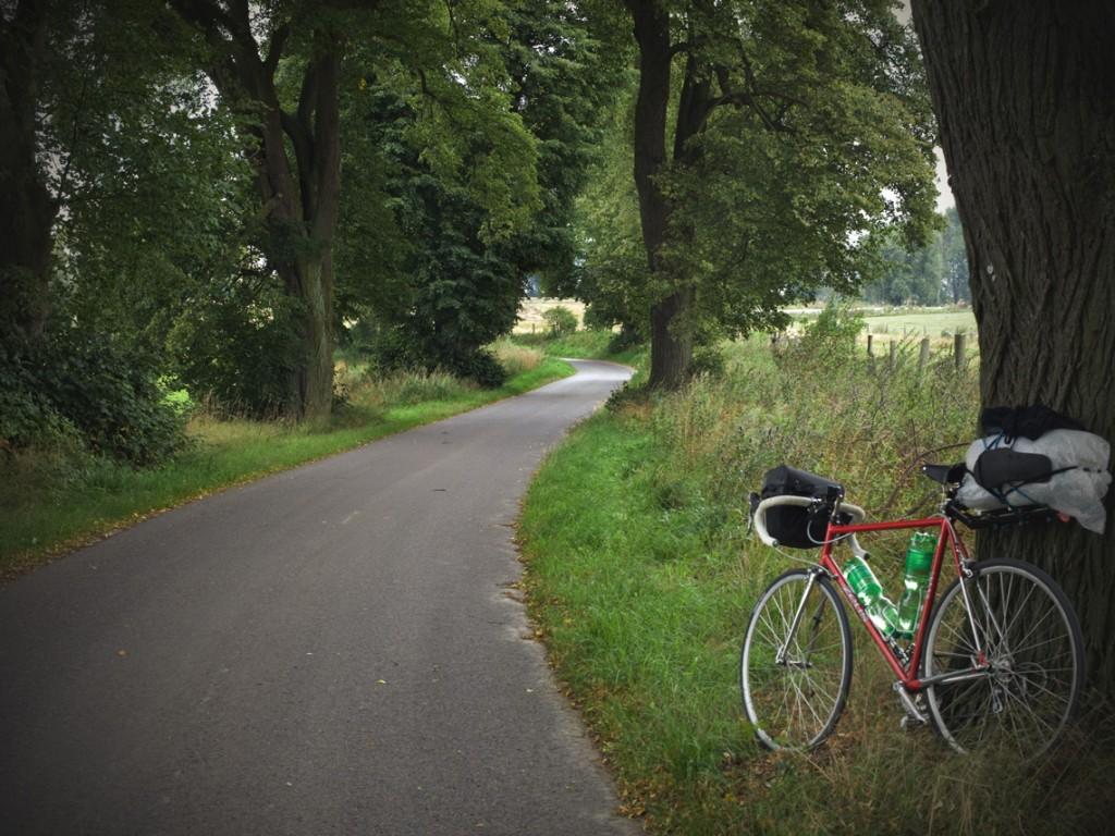 Como ya conocía Berlín, decidí tomar un tren para salir de la ciudad, además, tampoco me apetecía tragarme el humo de los coches como hice para entrar al centro de la ciudad. Al bajarme del tren me esperaban carreteras ondulantes que cortaban un paisaje de suaves colinas donde se iban alternando el verde del bosque con el amarillo de los cereales todavía por cortar. Por cierto, Deutsche Bahn, que es como se llama la compañía de ferrocarriles alemana, es muy eficiente. Existen muchas posibilidades para viajar con la bici en los trenes alemanes, aunque no siempre hay muchas plazas disponibles. Lo mejor es comprobarlo y comprar los billetes por adelantado. De lo único que tengo queja es de que no se puedan comprar los billetes para la bici por internet.